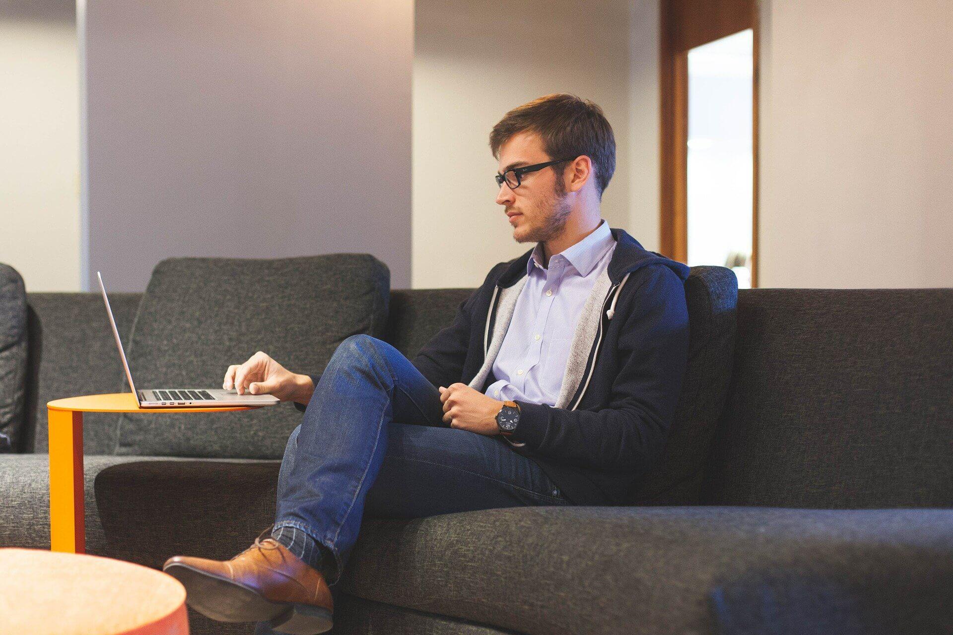 homme en freelance sur son ordinateur