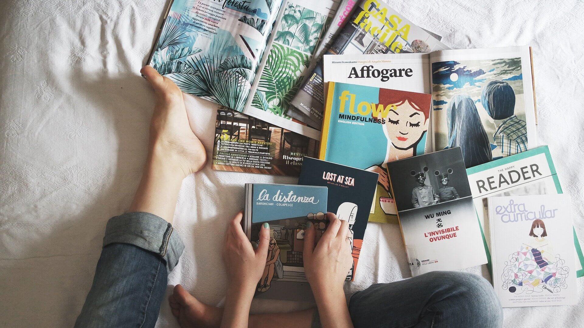 fille sur un lit avec magazines