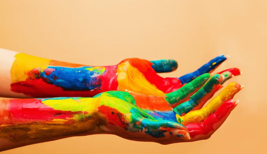 mains peinture multicolores