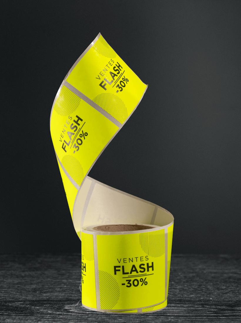 étiquettes en rouleau jaune fluo indiquant une promo de -30%
